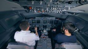 Профессиональный пилот инструктирует человека в летном тренажере видеоматериал