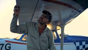 Профессиональный пилот проверяет крылья воздушного судна перед полетом сток-видео