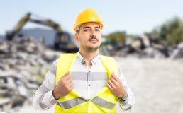 Профессиональный работник действуя как супергерой показывая комод стоковые изображения rf