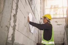 Профессиональный работник инженера на месте строительной конструкции Стоковое Изображение RF