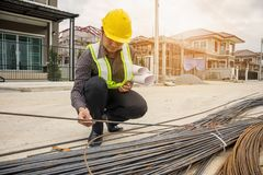 Профессиональный работник инженера на строительной площадке жилищного строительства Стоковое Фото