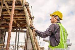 Профессиональный работник инженера на строительной площадке жилищного строительства Стоковая Фотография