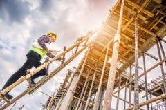 Профессиональный работник инженера на строительной площадке жилищного строительства Стоковые Изображения