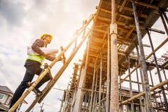 Профессиональный работник инженера на строительной площадке жилищного строительства Стоковые Фотографии RF