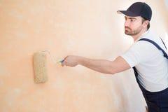 Профессиональный работник художника красит одну стену Стоковые Фотографии RF
