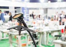 Профессиональный распаровщик на шить фабрике, никто стоковые фото