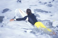 Профессиональный серфер в США раскрывает заниматься серфингом стоковое изображение rf