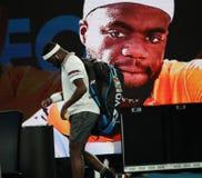 Профессиональный теннисист Фрэнсис Tiafoe Соединенных Штатов в действии во время его спички четвертьфинала на открытом чемпионате стоковое фото