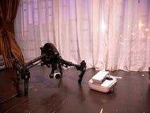 Профессиональный трутень камеры на деревянном поле Стоковые Изображения RF