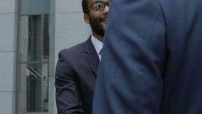 Профессиональный финансовый консультант тряся руку работника компании, сотрудничество видеоматериал