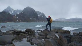 Профессиональный фотограф делает фото океана сценарное приключение Норвегия приключения природы ландшафта видеоматериал
