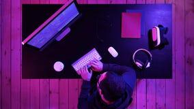 Профессиональный хакер используя мобильный сотовый телефон говоря и распространяя плохой вирус данных онлайн стоковое изображение rf