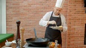 Профессиональный шеф-повар варя морепродукты в лотке Стоковые Фотографии RF