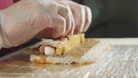 Профессиональный шеф-повар суш подготавливая крен на коммерчески кухне, конец-вверх видеоматериал