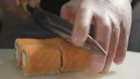 Профессиональный шеф-повар суш подготавливая крен на коммерчески кухне, конец-вверх акции видеоматериалы