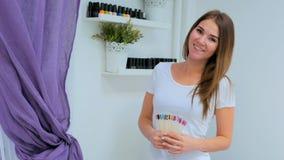 Профессиональный manicurist с цветовой палитрой ногтя в салоне ногтя Стоковое Фото