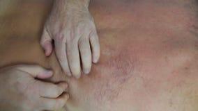 Профессиональный masseur делает массаж видеоматериал