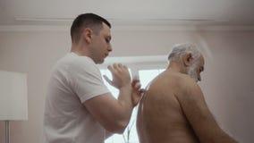 Профессиональный masseur делает massotherapy для старшего человека видеоматериал