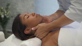 Профессиональный masseur делая массажи на плечах дамы сток-видео