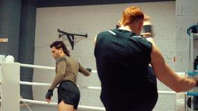 2 профессиональных бойца греют перед тренировкой на ringside в клубе боя видеоматериал