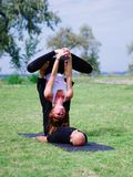 2 профессиональных тренера проводят тренировку в парке города Стоковые Изображения RF