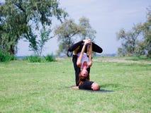 2 профессиональных тренера проводят тренировку в парке города Стоковая Фотография RF