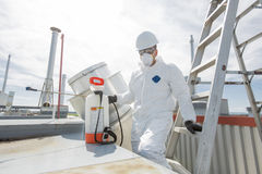 Профессионал в защитной форме, маске, перчатках в крыше для очищать стоковые изображения rf
