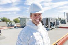 Профессионал в защитной форме, перчатках в крыше для очищать стоковое изображение