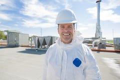 Профессионал в защитной форме, перчатках в крыше для очищать стоковое фото