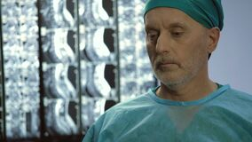 Профессионал здравоохранения принимая лицевой щиток гермошлема после хирургии, трудной работы акции видеоматериалы
