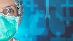 Профессионал здравоохранения Pulmonologist в клинике больницы стоковое фото rf
