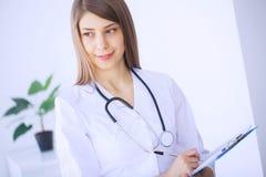 профессионал медицинского соревнования Молодой женский доктор на современной клинике  стоковые изображения