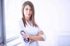 профессионал медицинского соревнования Молодой женский доктор на современной клинике  стоковые фото