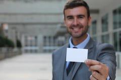 Профессионал показывая его визитную карточку с космосом экземпляра стоковые изображения