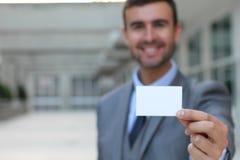 Профессионал показывая его визитную карточку стоковые изображения rf