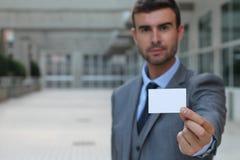 Профессионал показывая его визитную карточку стоковая фотография rf