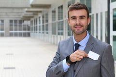 Профессионал показывая его визитную карточку стоковые изображения