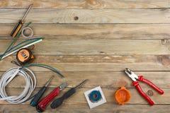 Профессионал ремонтируя инструменты для украшая и строя реновации установил на деревянную предпосылку, электрика стоковое фото