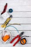 Профессионал ремонтируя инструменты для украшая и строя реновации установил в деревянную предпосылку, электрика стоковое фото rf