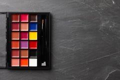 Профессионал составляет палитру с другими цветами стоковая фотография