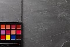 Профессионал составляет палитру с другими цветами стоковые фото