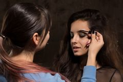 Профессионал составляет художника подготавливая модель перед фотосессией стоковые фото