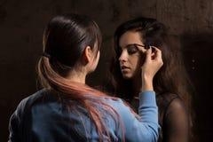 Профессионал составляет художника подготавливая womanl брюнет перед pho стоковые изображения rf