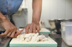 Профессионал шеф-повара отрезал таро на разделочной доске с ножом Японией стоковые фотографии rf