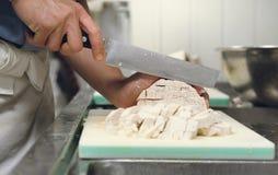 Профессионал шеф-повара отрезал таро на разделочной доске с ножом Японией стоковая фотография rf