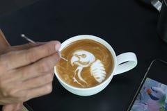 Профессионал barista latte кофе делая картиной попугая i стоковое фото rf
