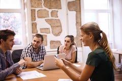 4 профессионала имея стратегическое обсуждение Стоковые Фотографии RF