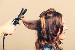 Профессионал выправляет волосы в салоне стоковые изображения rf