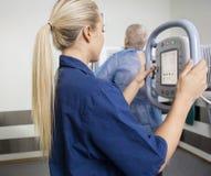 Профессионал в равномерном принимая рентгеновском снимке пациента стоковая фотография rf