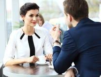 Профессионалы беседуя во время перерыва на чашку кофе Стоковое фото RF